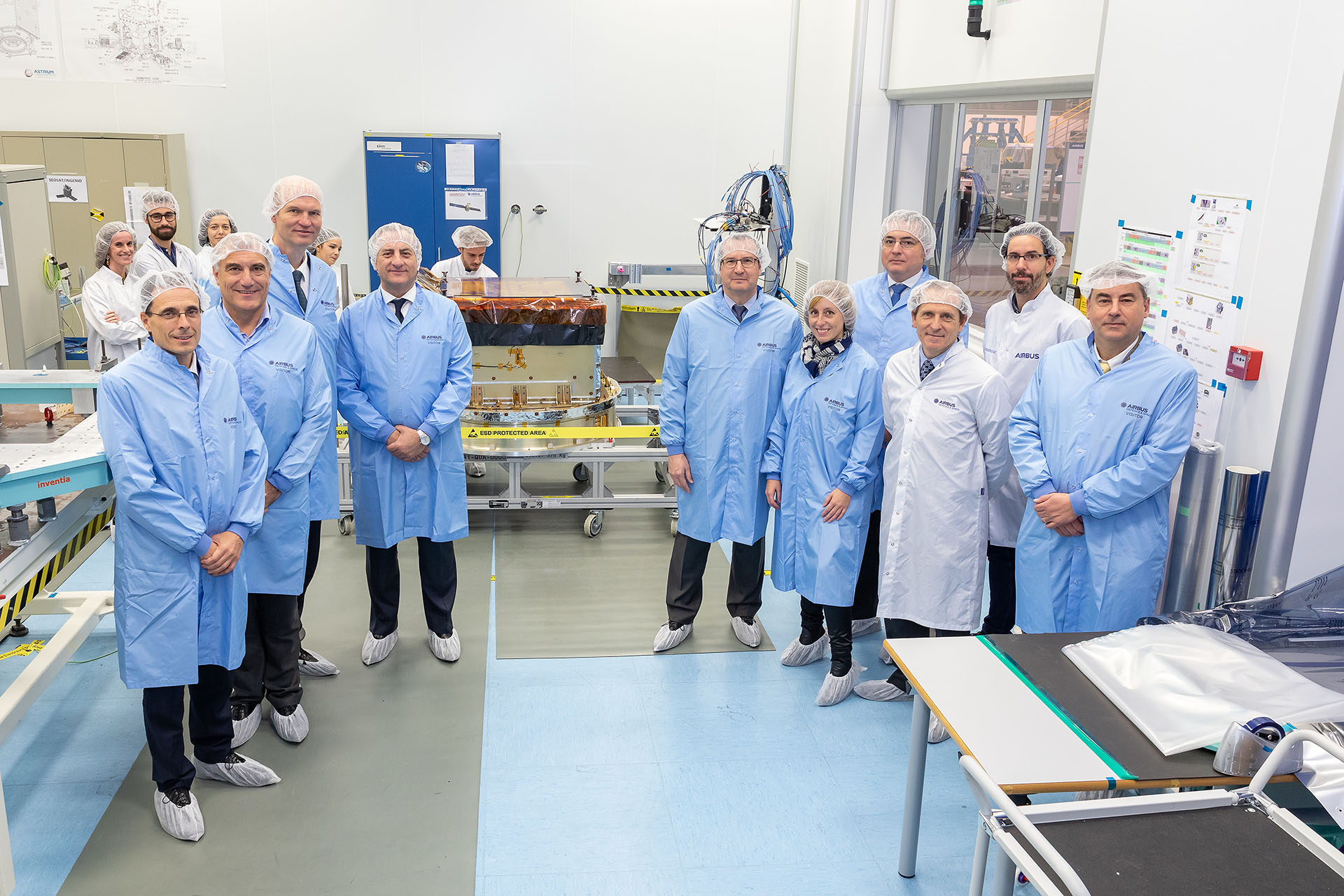 Representatives from Eutelsat, Airbus, the Spanish Centre for the Development of Industrial Technology and ESA with the Quantum active array antenna developed by Airbus Spain. Image credit: Airbus